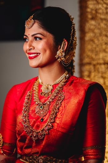 Pretty South Indian bridal look in red