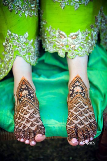 Bridal feet mehendi design idea with lotus