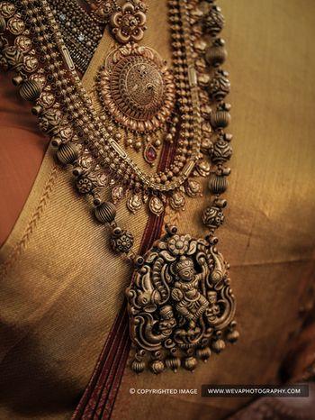 A gold temple jewellery haar
