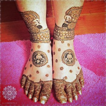 Minimal mehendi feet design for brides