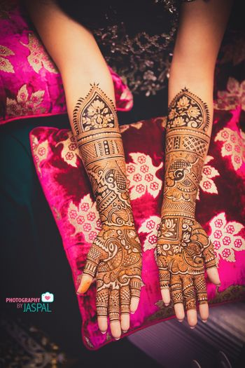 Traditional Mehndi designs can never go out of style!
