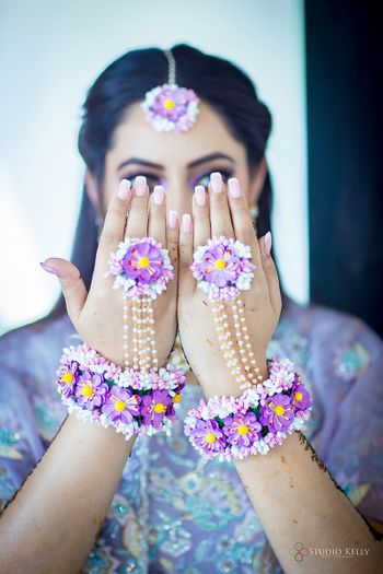A bride flaunting her floral jewellery for her mehndi