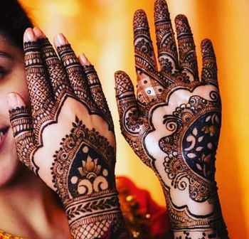 Traditional mehendi applied in a minimalist design is the best possible way to make the bride look prettier.