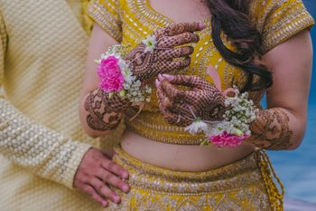 Floral mehendi jewellery in white and pink