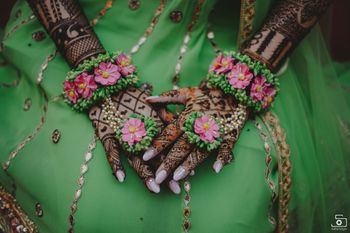A bride flaunting her matching mehendi floral jewelry set