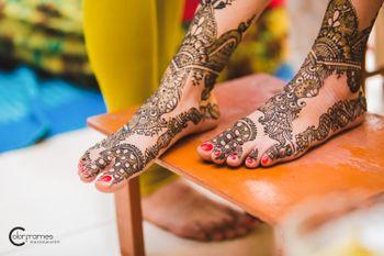 Photo of Bridal Feet Mehendi Design - Bel Design