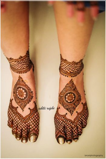 Minimalistic wonderful feet mehndi design.