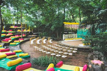 An open mandap in an amphitheatre with floor seating arrangement