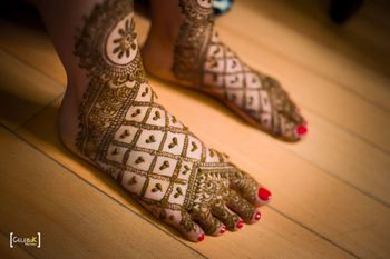 An intriguing bridal feet mehndi with minimal design.
