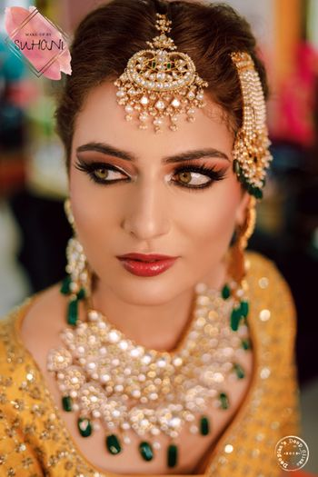 A stunning bride in a subtle makeup.