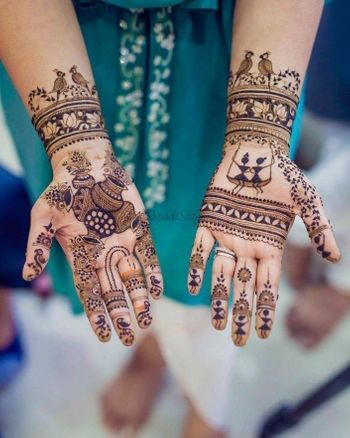 Minimalist mehndi idea with an intricate design.