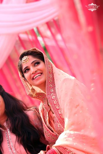 Photo of Patel Pink Dupatta Bride wearing Gold Maangtikka