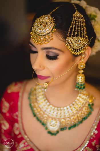 bride wearing maangtikka and jhoomar