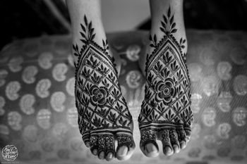 Bridal feet mehendi design with jaal design