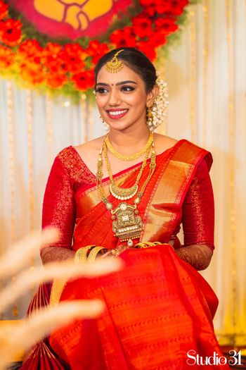 A shot of a south Indian bride dressed in red saree