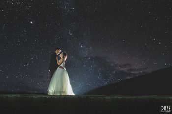 A dreamy pre-wedding shoot under a starry night sky!