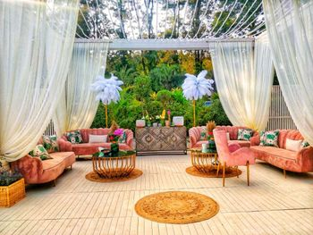 pretty mehendi seating decor idea in pink and gold