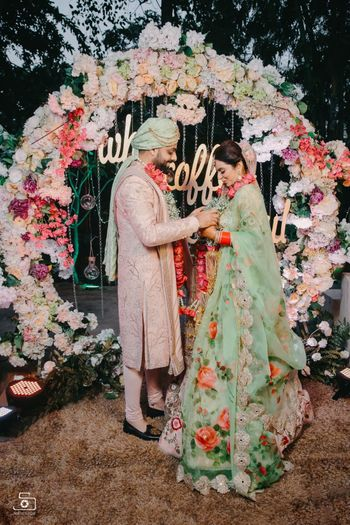 Bridal and groom in pastel outfits