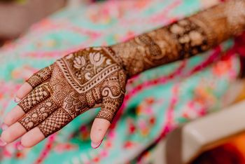 Photo of pretty border mehendi design with lotus motifs