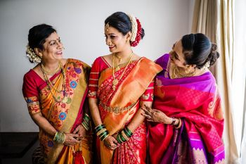 marathi bridal portrait with her mom and sister