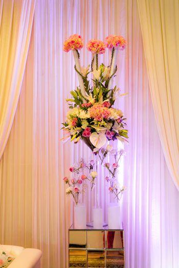 Photo of pastel floral arranegment invases