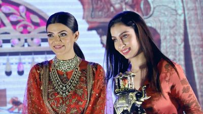 Best Makeup Artist Award by Sushmita Sen