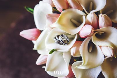 Photo of Engagement rings inside bridal bouquet