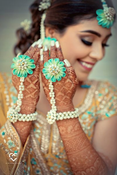 Photo of A bride flaunting her hathphool