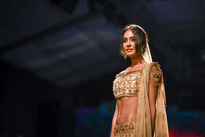 Photo of Lisa haydon in short choli blouse with off shoulder and work on sleeves