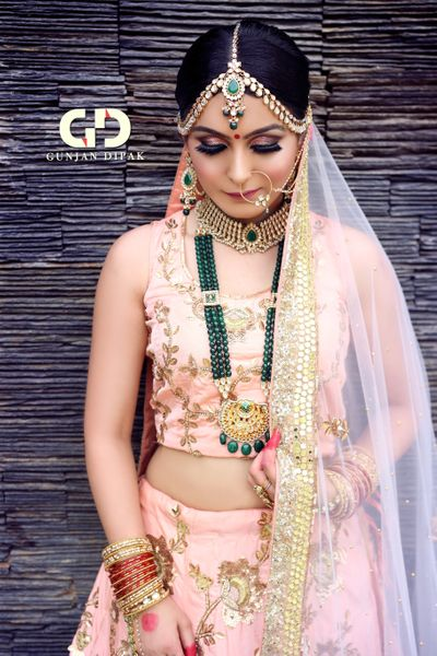 Photo of Contrasting jewellery with pastel lehenga and smokey eyes