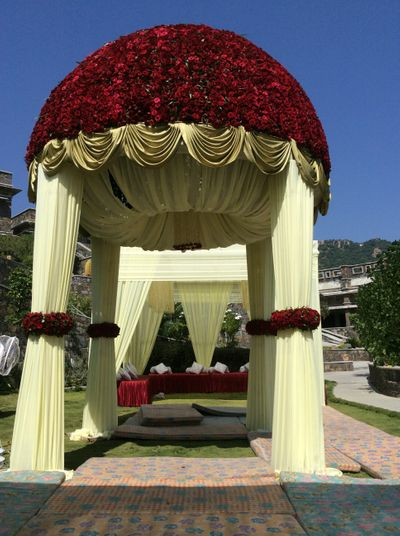 Photo of white drapes with red roses decor