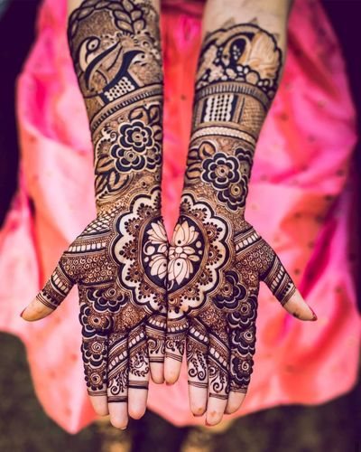 Photo of A stunning symmetric mehndi design