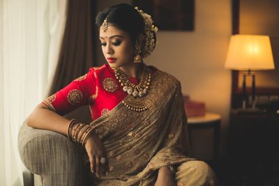 Photo of South Indian bridal portrait with contrasting blouse
