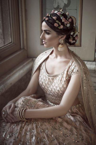 Photo of Unique floral tiara on hair for mehendi