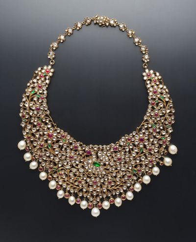 Photo of bridal necklace with pearls