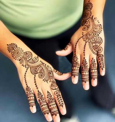 Photo of Arabic bel Mehendi design for the back of the hand.