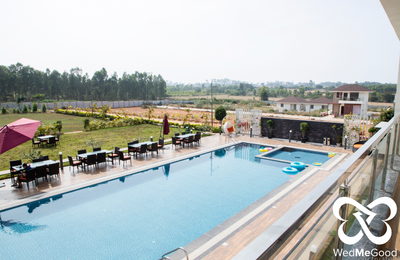 Swimming pool & outdoor dining