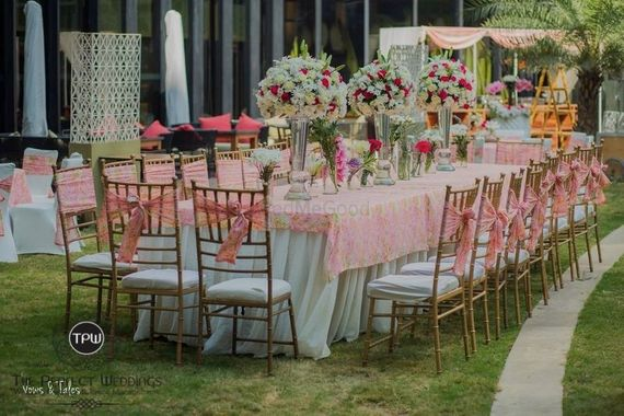 Photo of Light pink and white table decor idea with big centrepieces