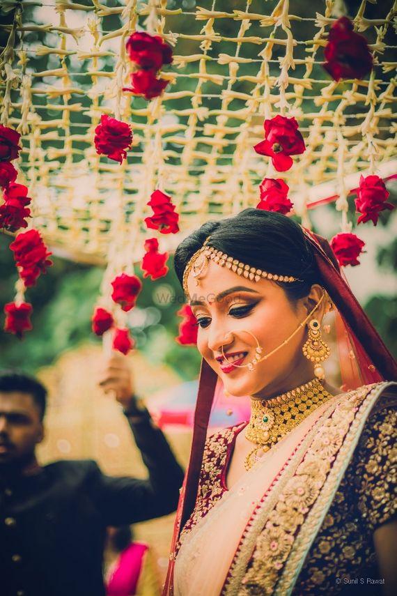 Photo of Bridal portrait under phoolon ka chadar with roses