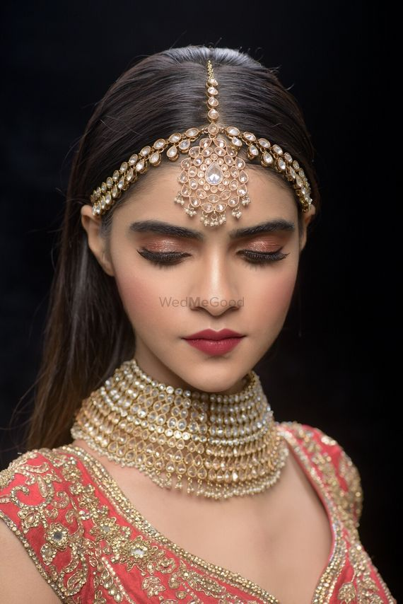Photo of Pretty gold mathapatti with choker for wedding