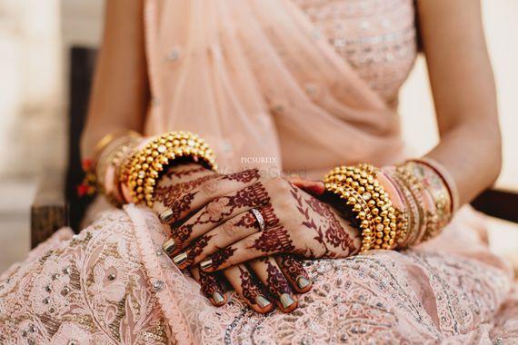 Photo of Bridal hands with mehendi minimal