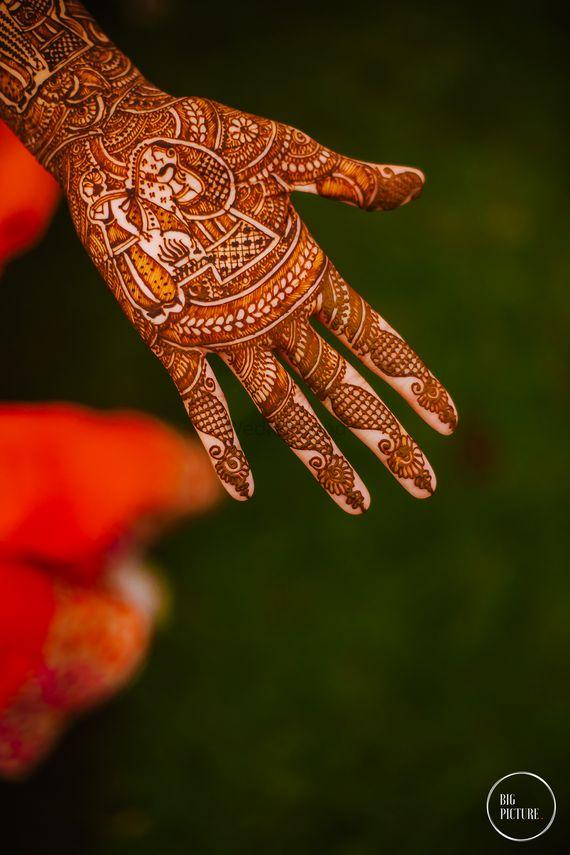 Photo of Bridal mehendi design with portraits for wedding