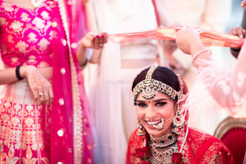 Photo of Happy bride shot with statement mathapatti