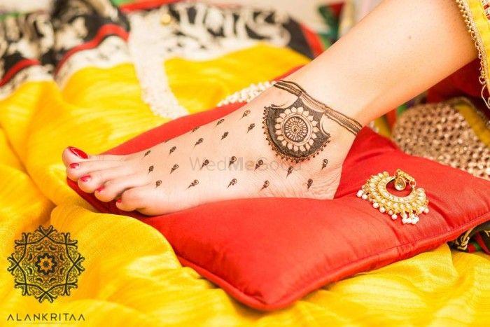 #Trending: Minimal Mehendi with Butis!