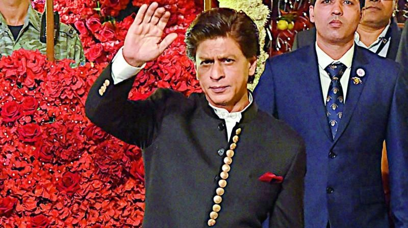 When SRK Surprised Everyone At His Makeup Man's Sister's Wedding