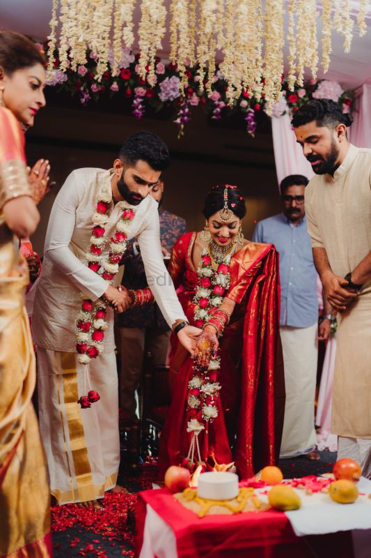 A Gorgeous Bangalore Wedding With The Bride In Traditional Red Kanchipuram